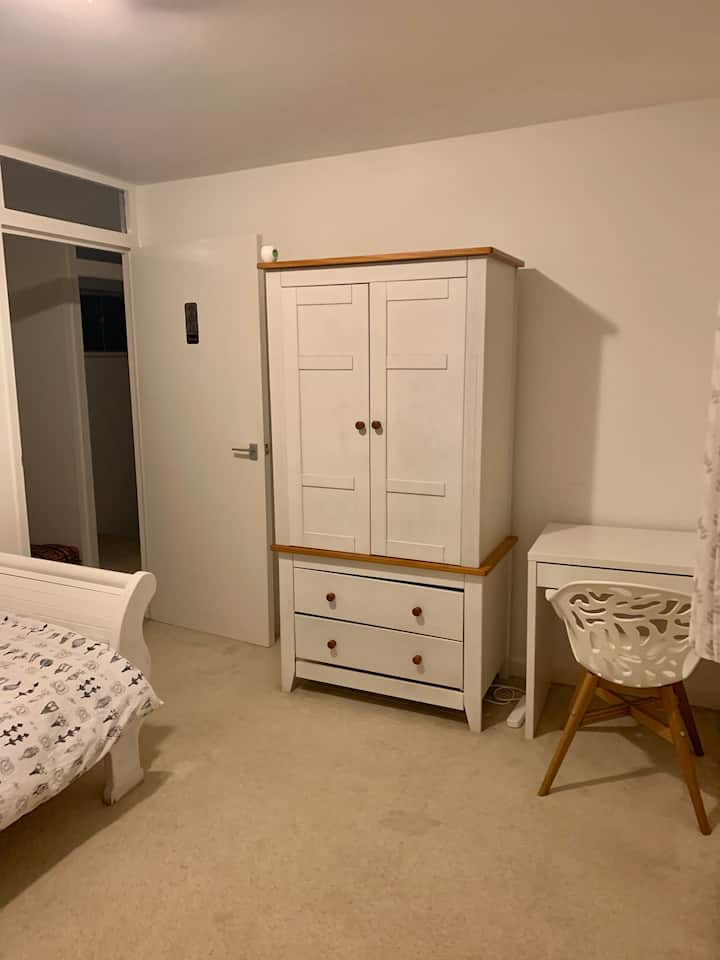 Lovely room available in Wallington - Female only
