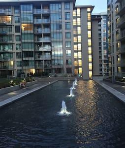 不到一年楼龄的新公寓、两房两卫、列治文市中心商场对面、出行方便 - Richmond - Apartment