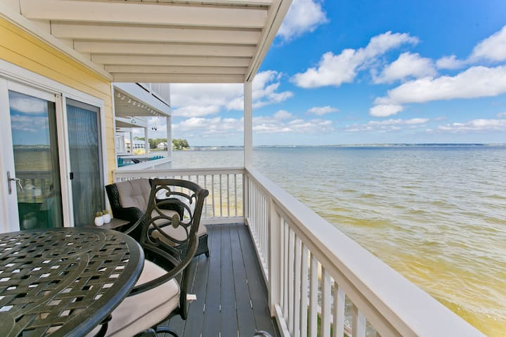 Herons Nest: Gorgeous Waterfront Unit with Kayaks!