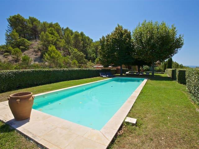 Grande maison à Roussillon. Piscine et cinéma!