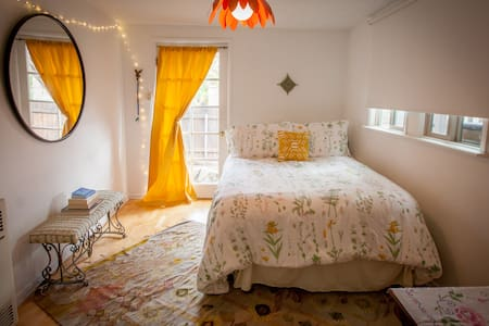 Whimsical Hide-away w/Cozy Private Bedroom & Bath - Burbank