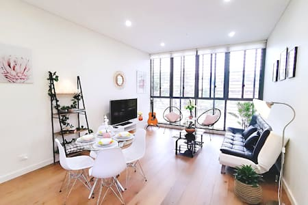 Nestled in a Lush Parkside+Free Parking near CBD