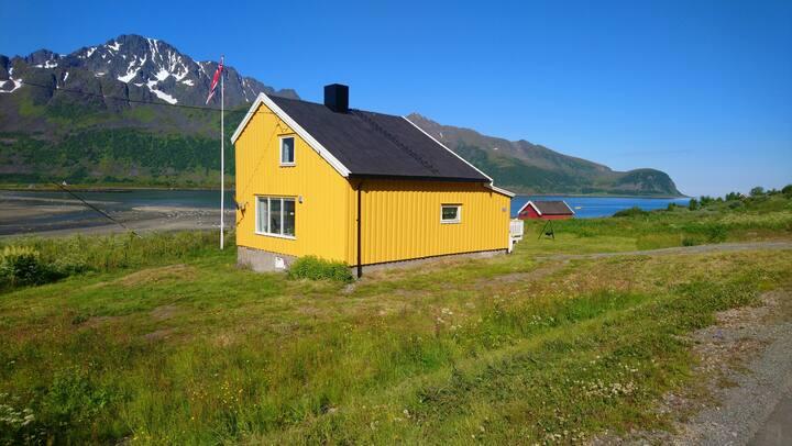 Hytte/hus ved sjøen.