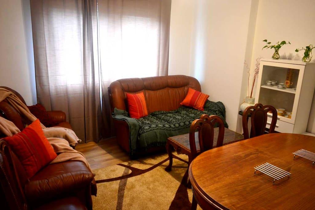 El salón de la casa, con vistas a la avenida de Bueu, es muy luminoso. Ideal para conversar, leer o entretenerse con juegos de mesa.