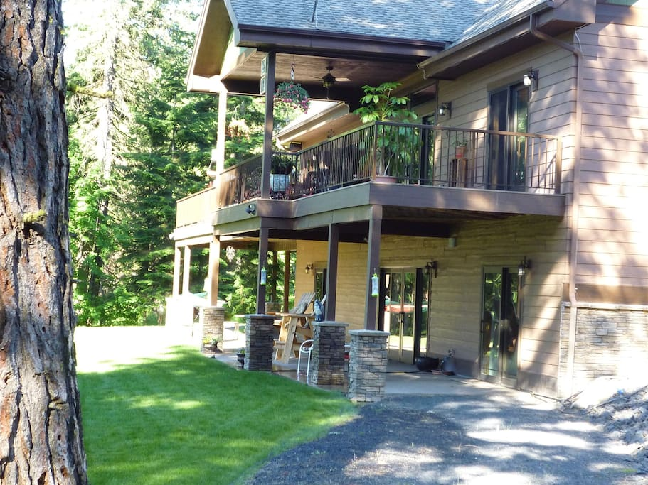 Private drive, entrance, and patio