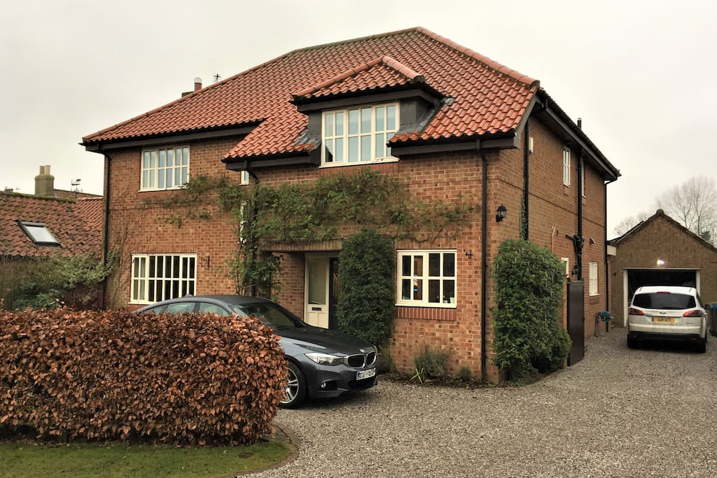 Detached house with off-road parking for 4 cars