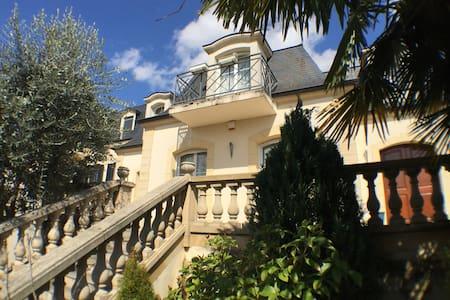 River border villa for family retreat - Joinville-le-Pont - Дом