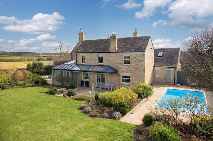Luxury 5-bed Farmhouse. Pool, Aga & 4 log burners.
