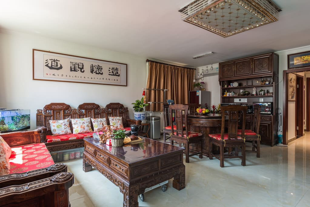 The living room has enough space. You are welcomed to invite a guest or two over for tea and conversation. 家里客厅很大,欢迎您邀请朋友来喝个茶聊聊天。不过轰趴就免了,客厅窗户开了可以和对窗户邻居握手