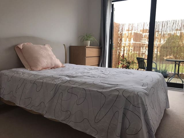 Double bedroom with Balcony next to DevonsRoadDLR