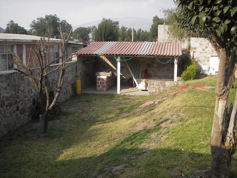 Jardín lateral izquierdo