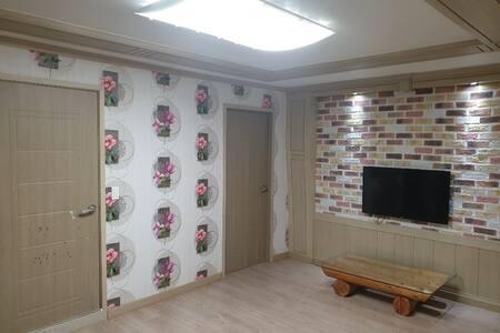 진해 지니네 하우스(26평) 가족여행숙소 큰방 작은방 거실 주방 전체를 이용가능 합니다.