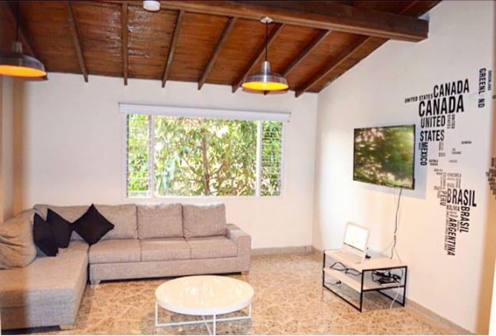 amplio livinf room con Tv y Netflix, para ver alguna película o tomar algo relajadamente