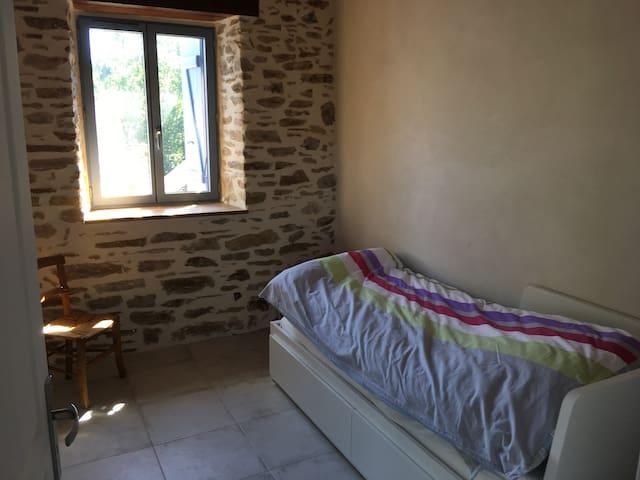Chambre avec lit 0,80 simple adaptable 1,60  très facilement, lit avec lattes intercalées, même niveau