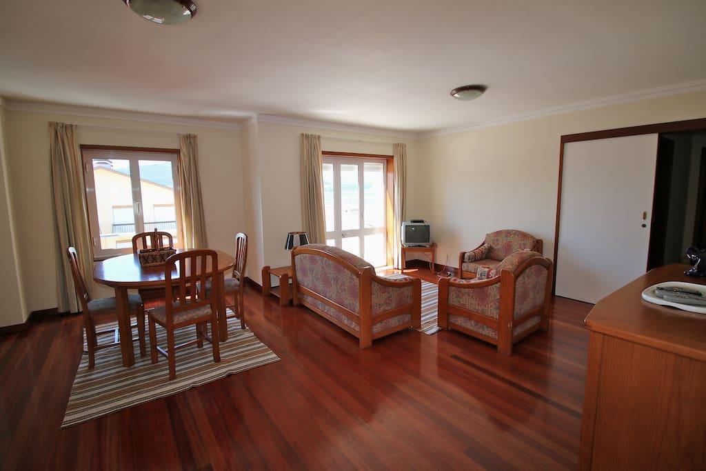 Sala de estar e jantar ampla e espaçosa