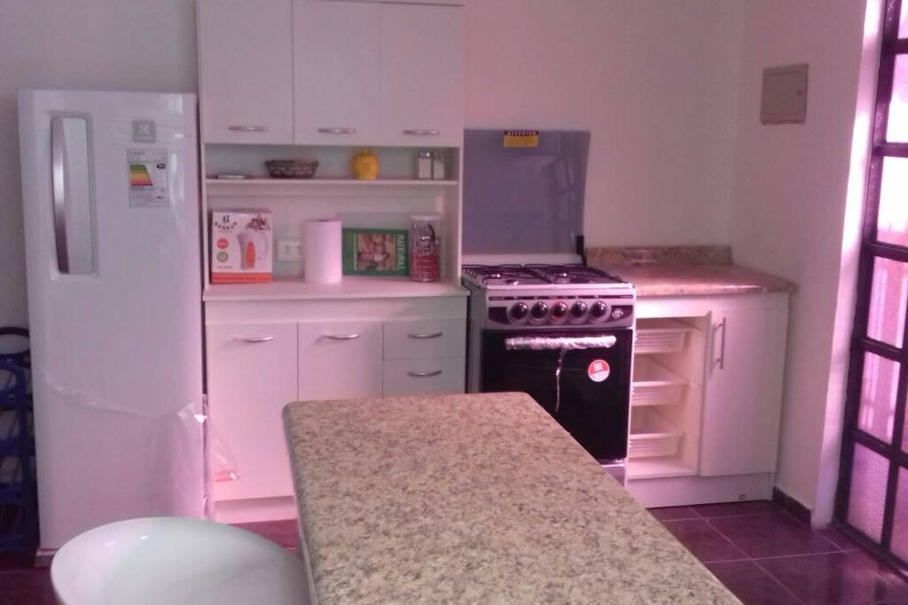 Cocina con horno y refrigerador