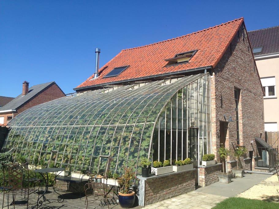 Achterzijde met serre - Backside with greenhouse