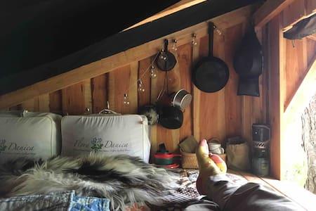 Shelter-Glamping i gammel bondehave nær Svaneke