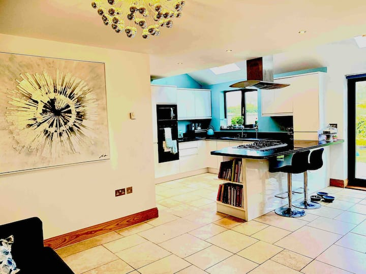 Large, bright 5 bed house - all modern amenities.