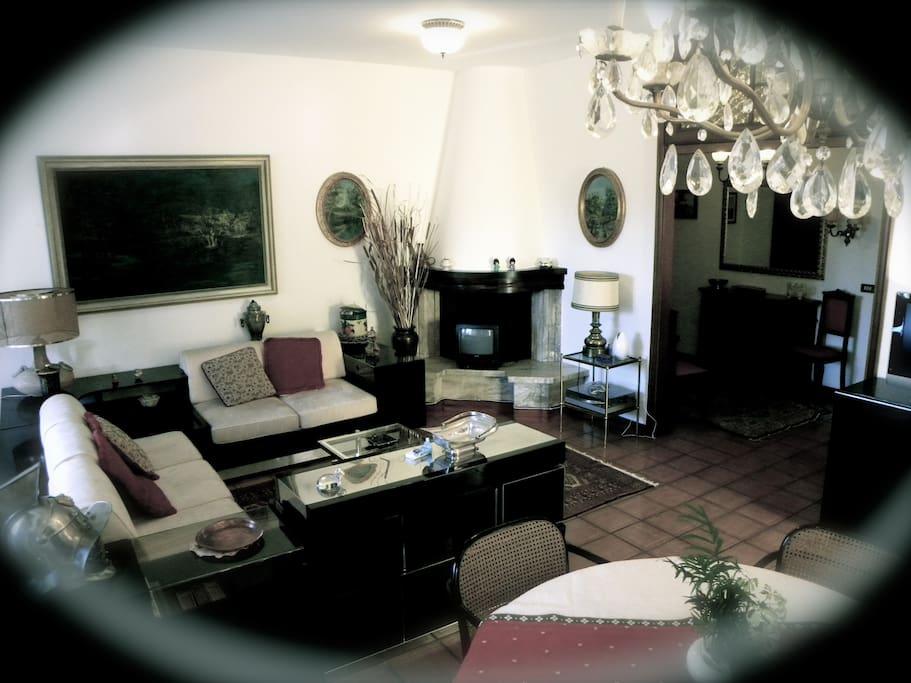 La zona relax con il divano doppio (e i due letti singoli)