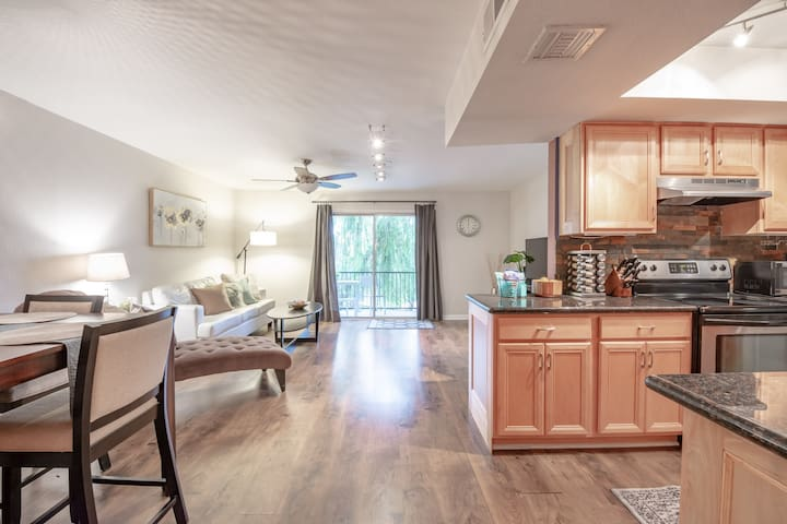 Condo in Central Phoenix, Minutes from the Light Rail to Downtown, Heard Museum and more! Great for Families, Business, or Just a Getaway with Friends