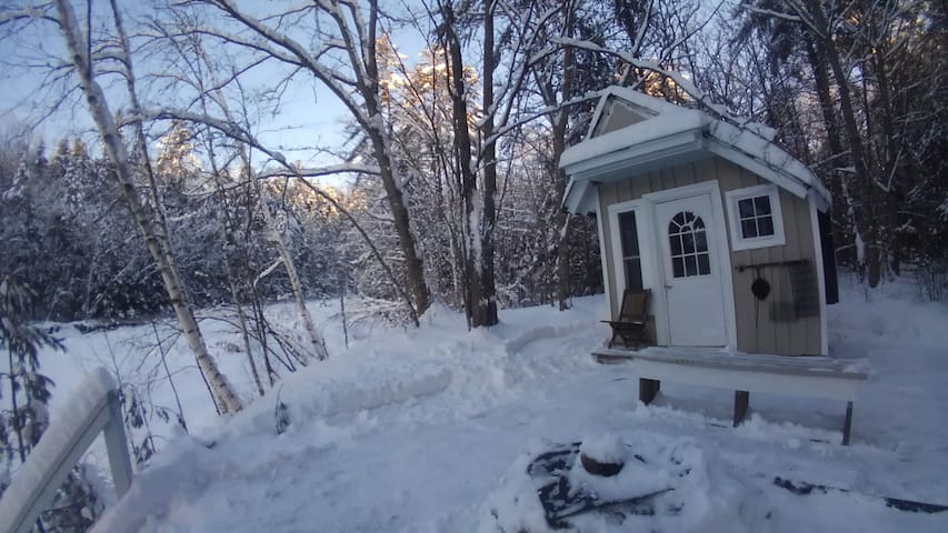 Loon area(affordable/heated)riverside tiny cabin .