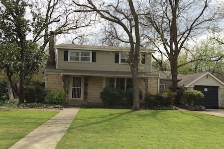 Charming 1950's 2 Story Home - Denton - Bed & Breakfast