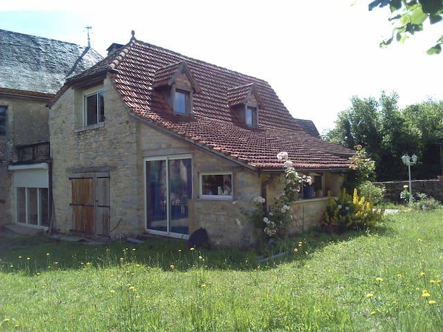 Petite maison 60m2 + terrasse et jardin, à saisir! - Loubressac - Rumah