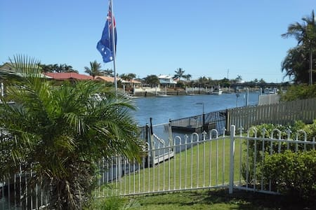 Waterfront 3 bedroom home- Banksia Beach - Bribie Island North - Rumah