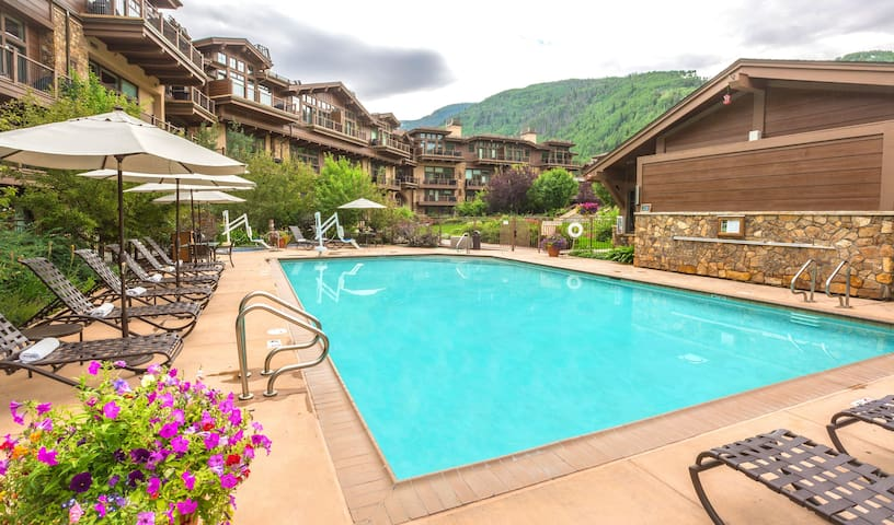 Chic and cozy Vail studio w/ pool + hot tub access
