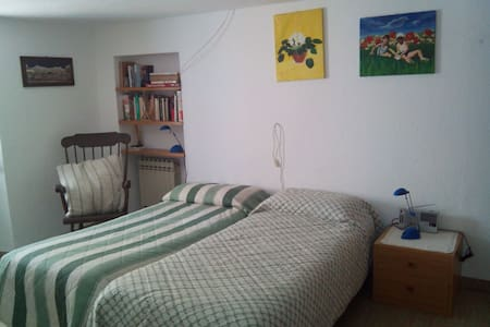 Central room (14qm) in Cogne - Huoneisto