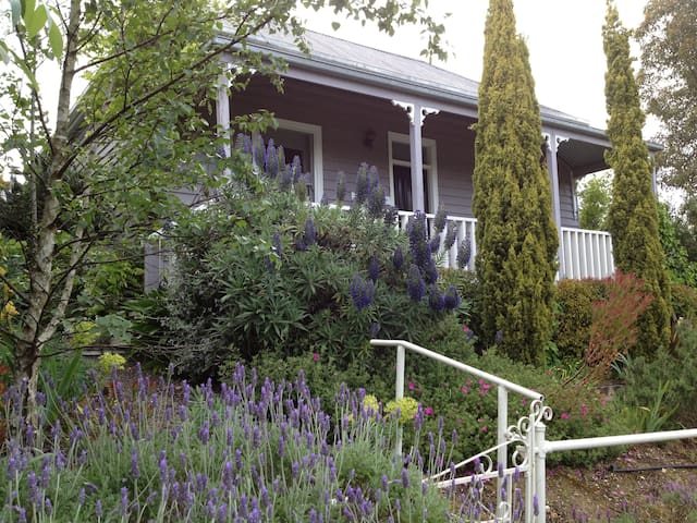 ALBION | Right in town | S4 - Daylesford - House