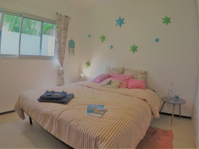 Chambre à coucher avec verrous - lit dimension queen size - ventilateur - penderie
