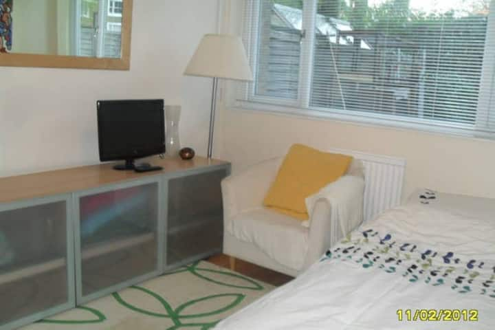 Cosy single room 5 min from station