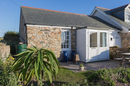 Needles Holiday Cottage, Sennen Cove inc Parking