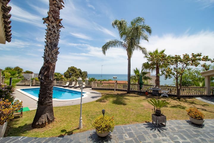 Villa with sea views. Bbq, basketball court, pool.