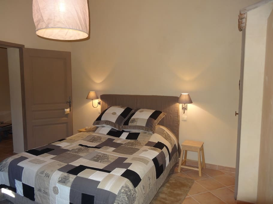 Chambre climatisée aux couleurs chaudes et douces