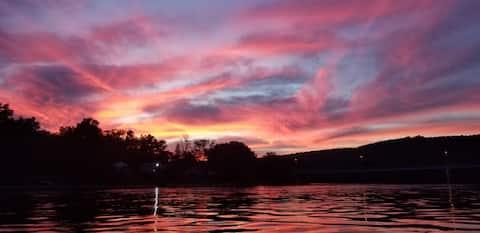 🎣🛶Riverfront fishing kayaking swim lodge🏞 ⚡wifi