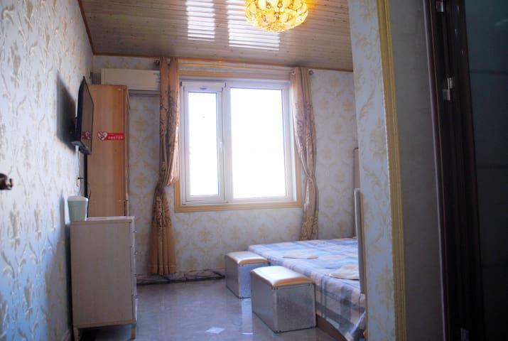 三楼榻榻米房间2,加厚棕垫,榻榻米1.8米长,2.7米宽,三人可折叠沙发,独立卫生间,最多可以住四人