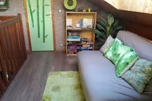 Mezzanine avec les jeux de société et la porte de la chambre.