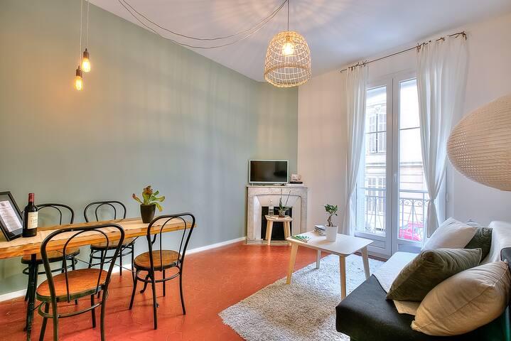 Le salon est un grand espace cosy et chaleureux qui fait également office de salle à manger. Vous pourrez partager un bon repas sur cette table rustique et chic.