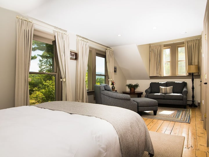 Queen Room with Mtn Views