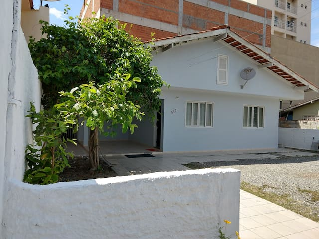 Casa 4 quartos - Ótima localização Meia Praia