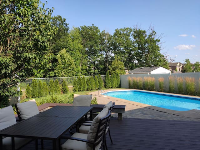 Luxury cozy house with swim pool in Niagara Falls