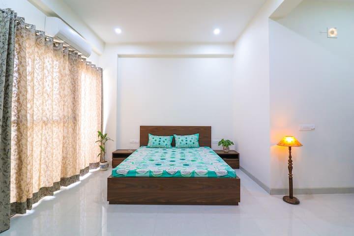Modish Private Apartment Across The Lane
