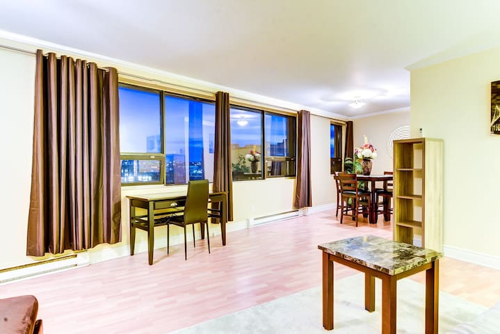 Downtown condo with a beautiful view & Rooftop