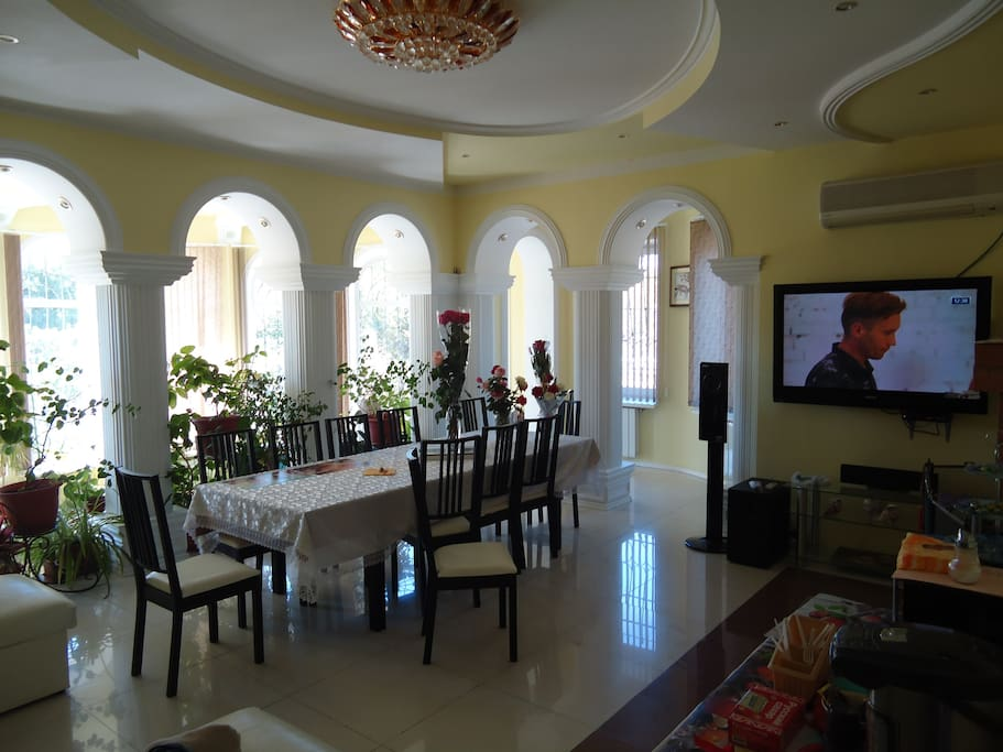 Зал с обеденным столом, тв, спутниковая антенна, музыка 5.1, Sony PS3, огромный диван=)