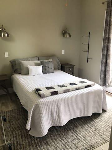 Bedroom 2: Queen bed