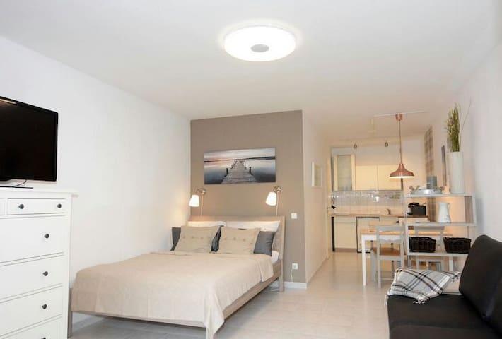 Private Room, Bath, TV, Fridge, - Eisenhüttenstadt - Apartament
