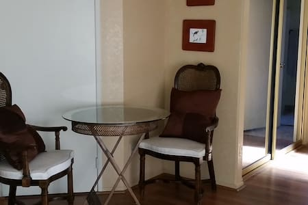 Private entrance, spacious room - Σπίτι